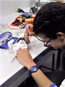 Hasnaa qui travaille sur la main