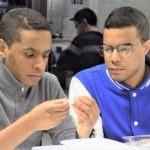 Ayoub et Hamza travaillent sur le finger starter