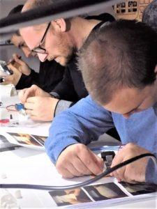 L'équipe travaille sur les pièces de l'avant-bras