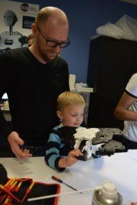 Alexandre montre son travail à son fils Antoine