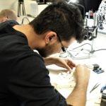 Mohamed-Amine travaille sur les phalangettes de Néo