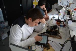 Christopher concentré sur la programmation de Néo