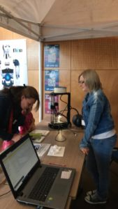 Adeline aide une personne pour les questions du QR Code