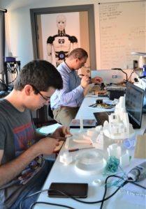 Julien (soudure) et Alexandre (limage et assemblage) travaillent sur l'estomac du haut